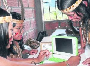 Indigenas usando la XO